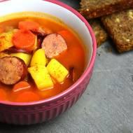 Zupa pomidorowa z kiełbasą i ziemniakami