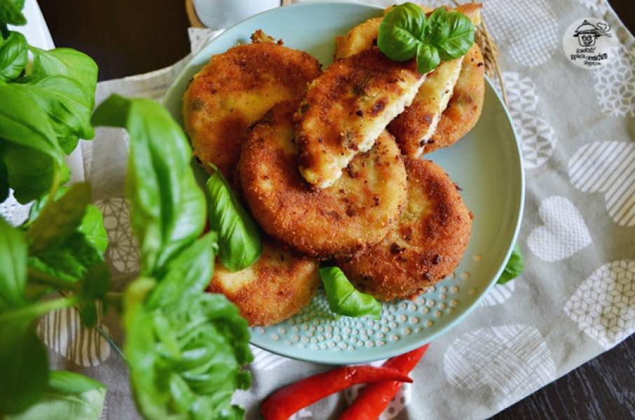 Kotlety ziemniaczane z serem i parówkami.