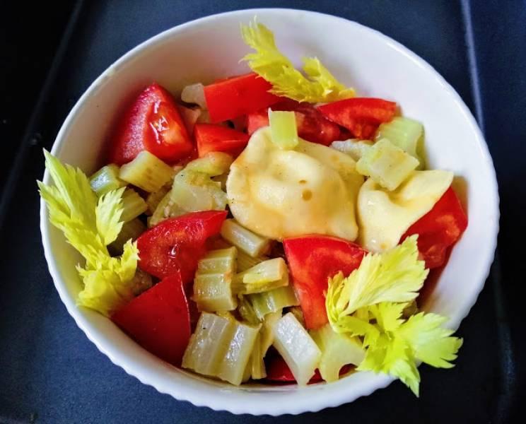 Genialna sałatka na ciepło z selera naciowego i ravioli
