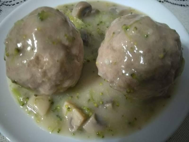 Klopsy w sosie pieczarkowo-brokułowym