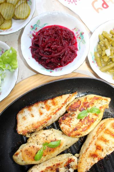 Soczysta pierś z kurczaka i zestaw surówek – pomysł na prosty obiad