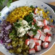 Sałatka ryżowa z surimi i kukurydzą