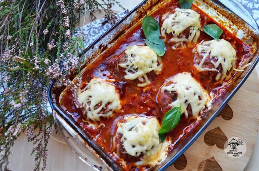 Pulpety mięsne z cukinią w sosie pomidorowym.