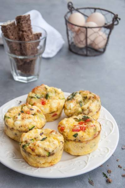 Muffiny wytrawne z jajek i warzyw z fetą