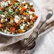 Jesienna sałatka z pieczonych warzyw i soczewicy z balsamicznym winegretem