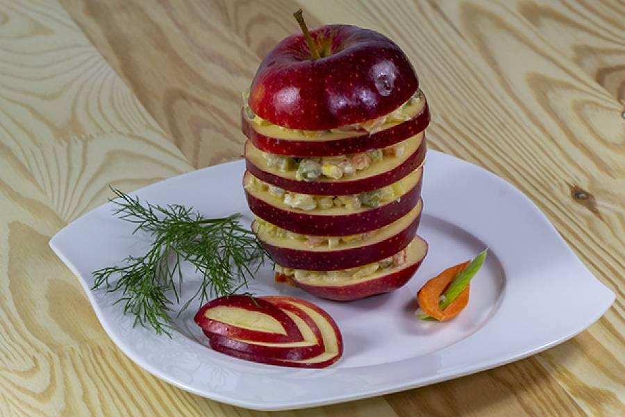 Sałatka jarzynowa podana na jabłku