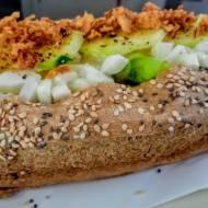 Bułka pełnoziarnista i parówka, czyli pomysł na  zdrowy, domowy hot dog.