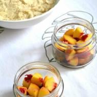 Przepis na lekki deser – brzoskwinie pod migdałową kruszonką