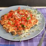 Placek z ziemniakami, pieczarką, kurczakiem i czerwoną salsą