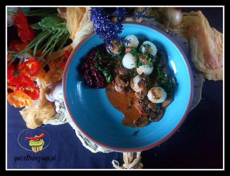Pyzy ziemniaczane z sosem grzybowym i zasmażanymi buraczkami