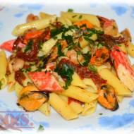 Makaron z owocami morza i suszonymi pomidorami