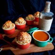 Ziemniaczane muffiny z pikantnym sosem pomidorowym