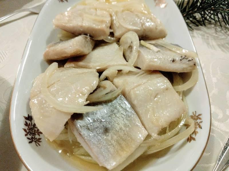 Wigilijne śledzie z cebulą marynowane w oliwie i soku cytrynowym
