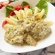 Pierś kurczaka smażona w sosie śmietanowo-porowym z ziołami