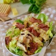 Sałatka Cezar z kurczakiem, chipsami z boczku i sosem worcestershire