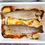 Pstrągi pieczone z masłem czosnkowym. Pysznie przyrządzisz tak rybę w całości