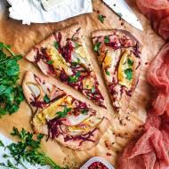 Flatbread z gruszką, serem camembert i buraczkiem