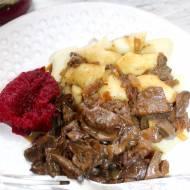 Kopytka z sosem grzybowym z suszonych grzybów i ćwikłą