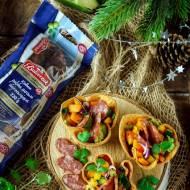 Chrupiące miseczki z tortilli z guacamole, salsą z dyni, kolorowej papryki, cukinii i kiełbasą polską surową dojrzewajacą Balcer