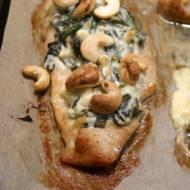 Filety z kurczaka pieczone ze szpinakiem, serem feta i orzechami nerkowca