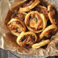 Ślimaki z ciasta francuskiego z mozzarellą, suszonymi pomidorami i oliwkami