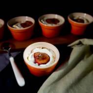 Pieczone śliwki z waniliową bitą śmietaną