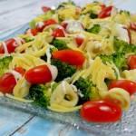 Sałatka z brokułem, tortellini i pomidorami + film