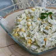 Surówka z kapusty pekińskiej, kukurydzy i ogórków kiszonych