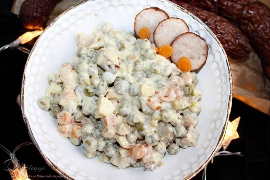 Śniadaniowa sałatka z jajkami, kiełbasą i groszkiem