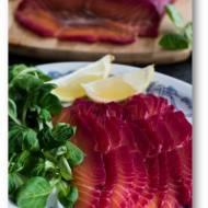 Gravlax – marynowany surowy łosoś z buraczkami i wasabi