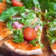 Domowa lekka pizza z rukolą i prosciutto