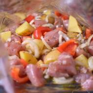 Prosty obiad z piekarnika z ziemniakami i wieprzowiną