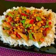Pikantny kurczak z ryżem i warzywami