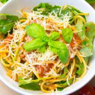 Spaghetti z mieloną wołowiną, czerwonym winem i świeżą rukolą
