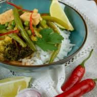 Czerwone curry z tofu i zielonymi warzywami