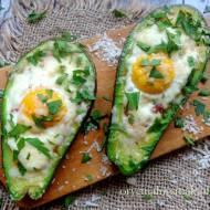 Awokado zapiekane z jajkiem, suszonymi pomidorami i parmezanem