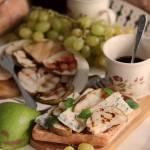 Opiekana ciabatta z gruszką, serem pleśniowym i syropem klonowym