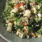Sałatka z kaszą jaglaną, pieczoną papryką, fetą i oliwkami