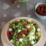 Chrupiąca sałatka z fetą, oliwkami, ziarnami i orzechami