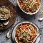 Makaron z grzybami i orzechowo-czosnkową posypką