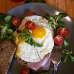 Jajka sadzone na grzance z szynką