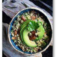 Sałatka  z kaszy quinoa z awokado, migdałami, suszonymi pomidorami