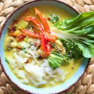 Żółta zupa curry z pak choi i makaronem ryżowym