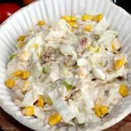 Prosta sałatka z tuńczyka, jajek i kapusty pekińskiej