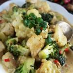 Proste curry z kurczakiem, kalafiorem i brokułem