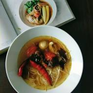 Aromatyczna zupa z makaronem ryżowym