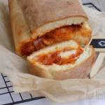Zakręcony chlebek z pomidorowo-cebulowym nadzieniem i mozzarellą