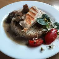 Grillowana pierś indyka z kaszą jęczmienną i sosem grzybowym