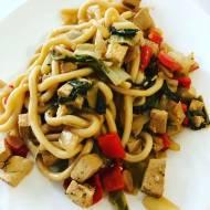 Udon z wędzonym tofu i warzywami w sosie teryiaki