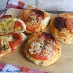 Pizzerinki z pomidorami i mozzarellą